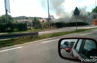 Pożar auta przy drodze w Rumi