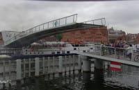 """Statek """"Danuta"""" wpływa pod opuszczaną kładkę"""