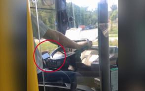 Kierowca autobusu z telefonem komórkowym