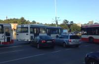 Autobus blokuje skrzyżowanie przy Zieleniaku