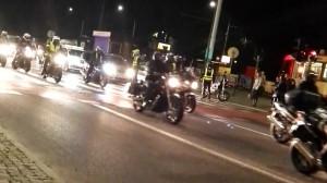 Motocykliści jadą nocą przez Wrzeszcz