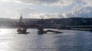 Koparka przewróciła się w morzu