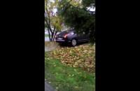 Facet beztrosko jeździ sobie samochodem po chodniku