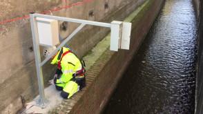 Montaż urządzenia do pomiaru lustra wody w Strzyży