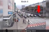 BMW jedzie torowiskiem we Wrzeszczu