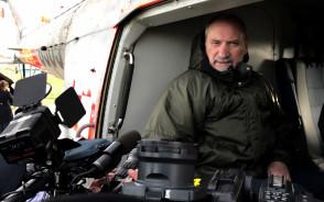 Antoni Macierewicz ogląda śmigłowce w Gdyni