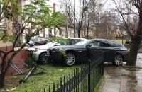 Dwa auta wjechały w posesję w Sopocie