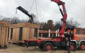 Ustawianie saun na plaży w Sopocie