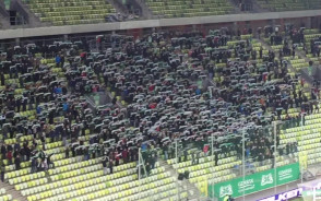 Kibice Lechii śpiewają Mazurka Dąbrowskiego