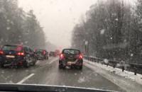 Intensywne opady śniegu utrudniają ruch na obwodowej
