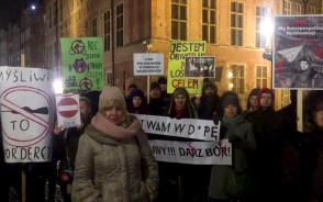 Protest przed Fontanną Neptuna ws. myśliwych