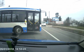 Autobus wymusza pierwszeństwo i auto na czerwonym