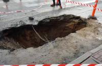 Wielka dziura w jezdni na Wałach Jagiellońskich