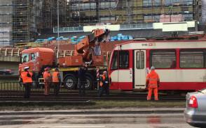Usuwanie wykolejonego tramwaju z torów w centrum Gdańska
