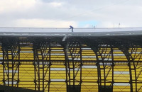 Odśnieżanie korony stadionu przed meczem Lechii