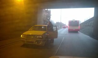 Auto wpadło w poślizg w tunelu na ul. Okopowej