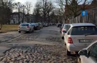 Ulice Starego Przedmieścia zastawione samochodami