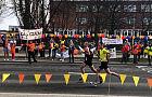 Młodzież szkolna kibicuje maratończykom