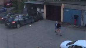 Piłką w samochód na podwórku