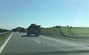 Kolumna samochodów wojskowych na obwodnicy południowej