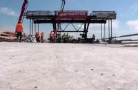 Betonowanie ostatniego fragmentu mostu w Kiezmarku