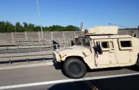 Stoją auta wojskowe przed węzłem Karczemki