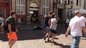 Zerowe zainteresowanie grajkiem na ulicy