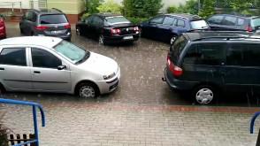 Zalane chodniki i samochody na Dąbrowie