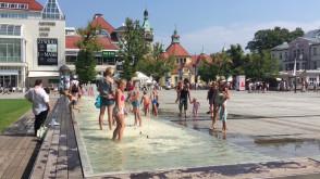 Dzieci szukają ochłody w sopockiej fontannie