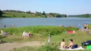Upalny dzień nad jeziorem w Osowie