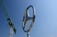 Wielka obrotowa gwiazda Mercedesa nad Gdynią