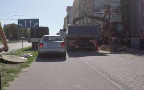 Zablokowali samochodami drogę rowerową