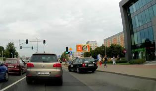 Taksówkarz wymusza pierwszeństwo