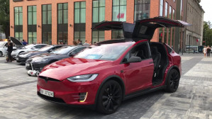 Tesla Model X tańczy w rytm muzyki