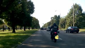 Motocyklem między samochodami
