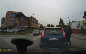 Wsiadanie do auta na pasach