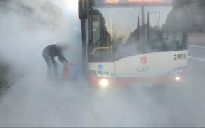 Kierowca gasi palącą się oponę autobusu