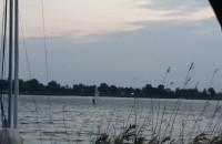 Silny wiatr wykorzystują fani windsurfingu