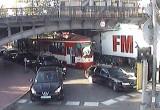 Moment uderzenia ciężarówki w wiadukt na Hallera