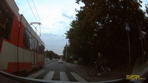 Tramwaj wyprzedza na przejściu dla pieszych