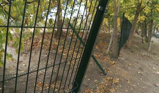 Zamknięte przejście przez boisko w stronę Olivia Business Centre