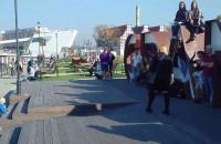 Tłum turystów przy napisie Gdańsk