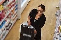 Policja szuka złodziejki perfum