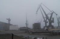 Dźwigi stoczniowe spowite gęstą mgłą