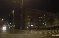 Rowerzyści bez oświetleniena na przejściu
