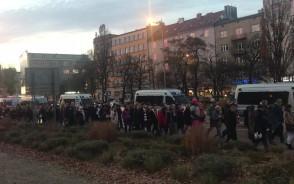 Manifestanci na skwerze Kościuszki