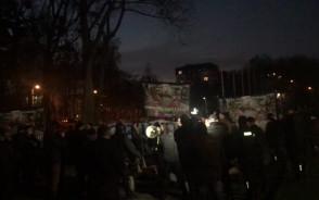 Manifestanci i przeciwnicy marszu spotkali się na skwerze Arki Gdynia