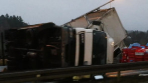 Leżąca na boku ciężarówka blokuje obwodnicę