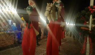 Orszak szczudlarzy na Jarmarku Bożonarodzeniowym