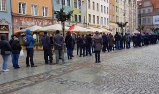 Gigantyczna kolejka gdańszczan po flagi na Długim Targu